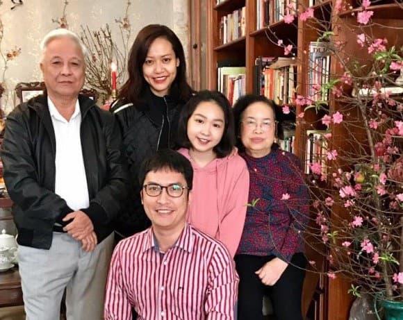 hong-anh-va-chong-ngoisaovn-7-ngoisao-crop-15213475583691893285596-ngoisaovn-w580-h461 1