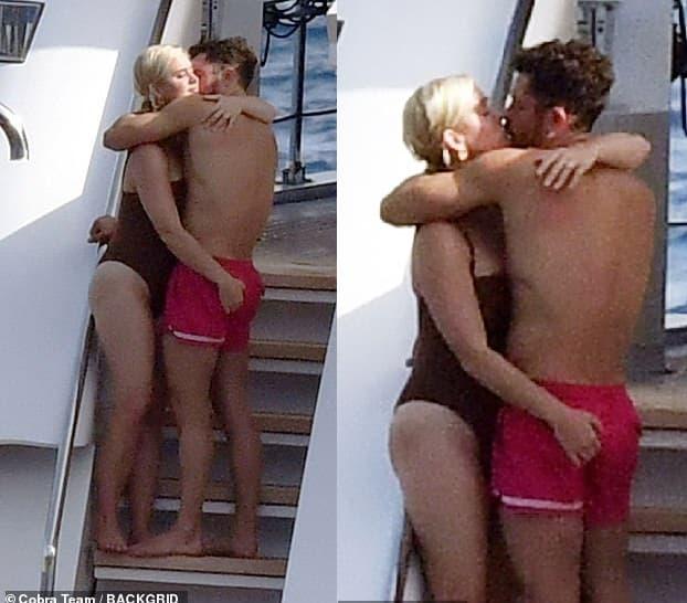 Katy Perry 'khóa môi' ông xã Orlando Bloom khi đi biển, nhìn đến 'bàn tay hư hỏng' khiến người hâm mộ cũng ngượng chín mặt  12