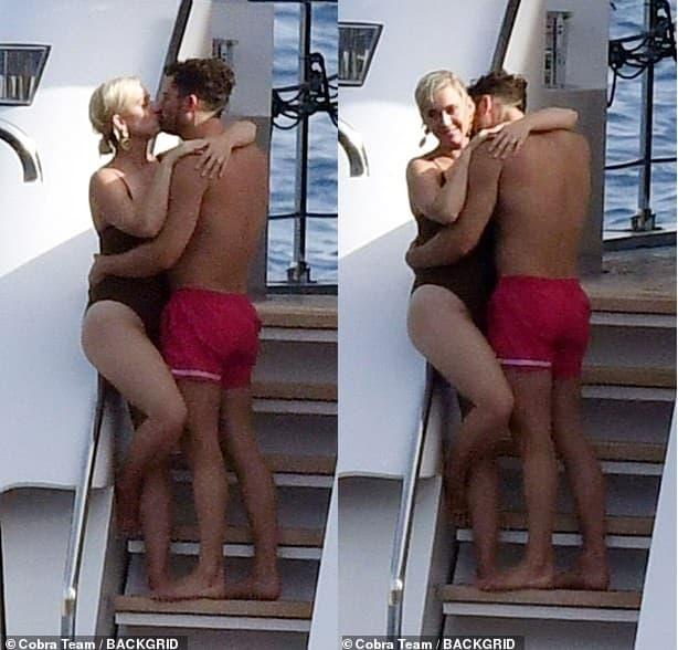 Katy Perry 'khóa môi' ông xã Orlando Bloom khi đi biển, nhìn đến 'bàn tay hư hỏng' khiến người hâm mộ cũng ngượng chín mặt  11