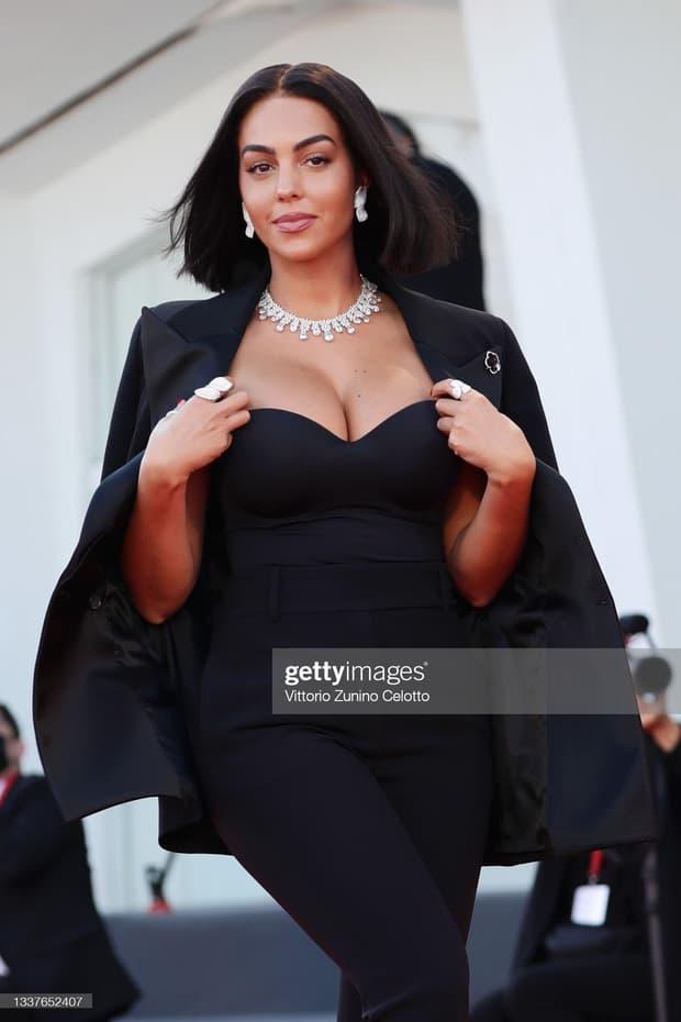 Thảm đỏ LHP Venice: Bạn gái Ronaldo diện áo trễ nải để khoe vòng cổ kim cương cỡ 'khủng', tình cũ Tom Cruise đẹp rực lửa ở tuổi U50 7