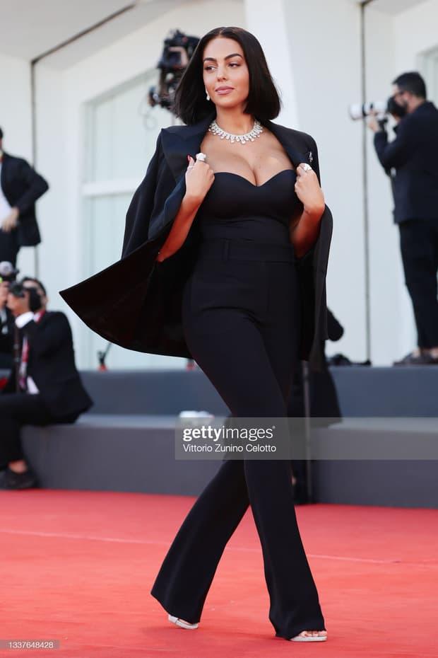 Thảm đỏ LHP Venice: Bạn gái Ronaldo diện áo trễ nải để khoe vòng cổ kim cương cỡ 'khủng', tình cũ Tom Cruise đẹp rực lửa ở tuổi U50 8