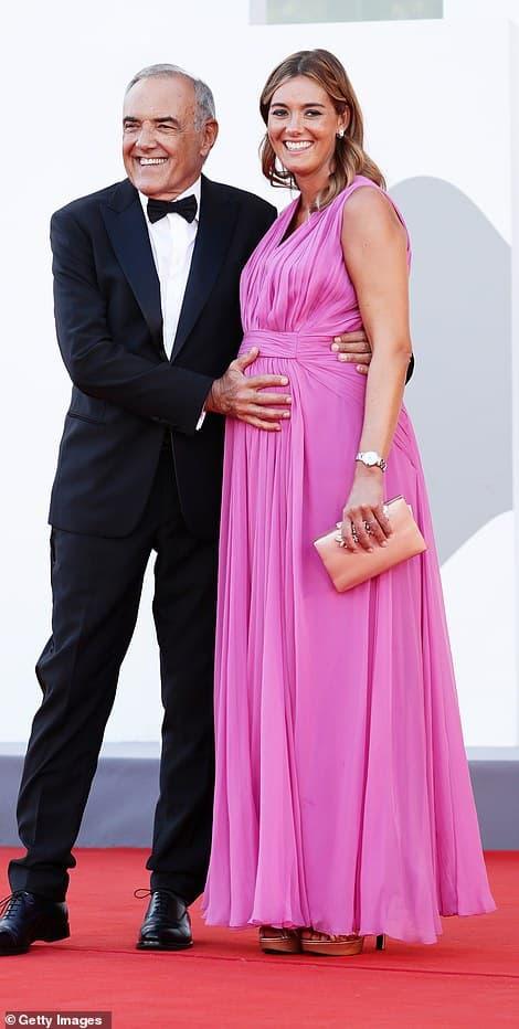 Thảm đỏ LHP Venice: Bạn gái Ronaldo diện áo trễ nải để khoe vòng cổ kim cương cỡ 'khủng', tình cũ Tom Cruise đẹp rực lửa ở tuổi U50 1