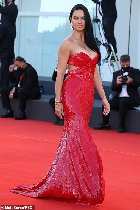 Thảm đỏ LHP Venice: Bạn gái Ronaldo diện áo trễ nải để khoe vòng cổ kim cương cỡ 'khủng', tình cũ Tom Cruise đẹp rực lửa ở tuổi U50 3