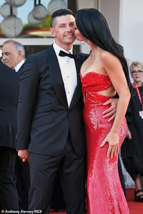 Thảm đỏ LHP Venice: Bạn gái Ronaldo diện áo trễ nải để khoe vòng cổ kim cương cỡ 'khủng', tình cũ Tom Cruise đẹp rực lửa ở tuổi U50 6