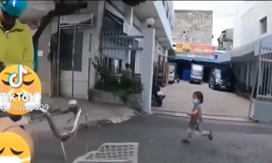 Bé gái chạy lon ton phía sau xe của nhóm TNV để xin quà khiến ai cũng thương