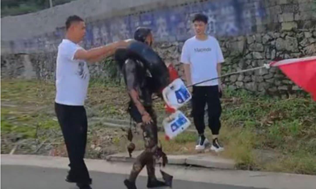 Chú rể bị thanh niên nhà gái lột quần áo, tạt sơn đen và bắt đeo lốp xe khi tới đón dâu gây bức xúc mạng xã hội