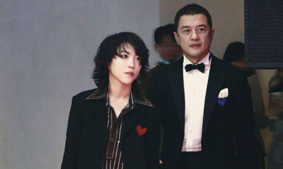 Khoảnh khắc hiếm khi Lý Á Bằng và con riêng của vợ cũ Vương Phi chung khung hình gây chú ý