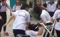 Nữ sinh lớp 9 bị đánh hội đồng dã man chỉ vì chê màu sắc đôi giày của đàn em lớp dưới