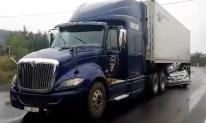 Kinh hoàng xe container đè bẹp ô tô 4 chỗ, 2 người tử vong trong cabin
