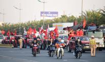 'Rừng người' phủ kín sắc đỏ ở sân bay Nội Bài, chờ đón những người hùng tuyển Việt Nam