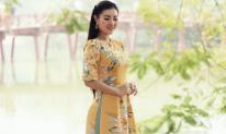 Diễn viên Thanh Hương diện áo dài nền nã xuống phố dạo quanh hồ Gươm