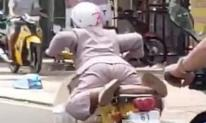 Thót tim cảnh 'quái xế' lớn tuổi 'làm xiếc' khi lái xe máy tốc độ cao trên đường