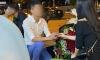 Quỳ gối cầu hôn bạn gái trên vỉa hè nhưng bị từ chối, hành động bất ngờ sau đó của chàng trai mới là tâm điểm gây chú ý