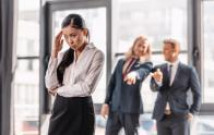 Đồng nghiệp làm ba việc này trước mặt bạn, có nghĩa họ chỉ coi thường bạn và muốn loại bỏ bạn