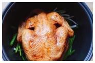 Nướng gà không một giọt nước, ướp 30 phút cho vào nồi cơm điện, thịt mềm thơm, mềm ngọt.