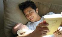 Xúc động mạnh với tấm hình con gái hở hàm ếch của Vương Phi nằm trong vòng tay cha sau cuộc phẫu thuật