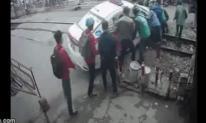 Nghẹt thở giây phút giải cứu xe taxi mắc kẹt trên đường ray tàu hỏa