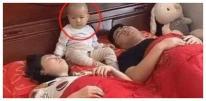 Loạt ảnh bố mẹ bận ngủ để kệ con ngủ một bên bỗng 'gây sốt'! Dân mạng chế giễu: Không hiểu yêu con hay gây 'nguy hiểm' cho con