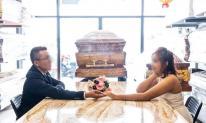 Hết hồn với bộ ảnh cưới chụp bên quan tài của một cặp đôi trẻ