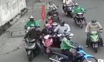 Người phụ nữ bị nhóm đối tượng vây xe, dàn cảnh trộm tài sản trên phố gây phẫn nộ
