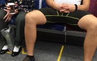 Bất kể đứng hay ngồi, tại sao đàn ông luôn mở rộng chân?