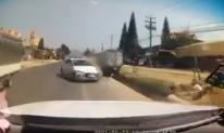 Khoảnh khắc xế hộp lấn làn, húc xe tải lật ngửa trên quốc lộ