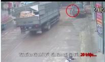 Tài xế đánh rơi cọc tiền 20 triệu, phụ xe tải phía sau liền có hành động gây bức xúc