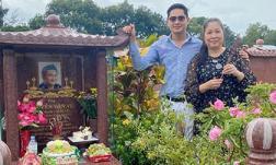Lại mơ thấy cố nghệ sĩ Anh Vũ, NSND Hồng Vân phải tức tốc lên mộ viếng khi bị trách quên sinh nhật đàn em
