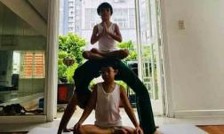 Ở tuổi 63, mẹ Hà Hồ cùng các cháu thực hiện động tác yoga nhìn mà choáng