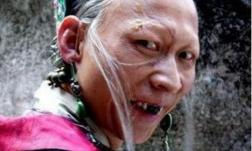 Anh và Triệu Vy là bạn cùng lớp, được mệnh danh 'xấu nhất màn ảnh' nhưng vợ và con gái anh lại rất xinh đẹp!