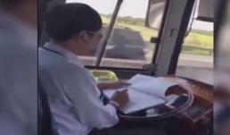 Kinh hãi cảnh tài xế xe khách vừa lái xe vừa cắm mặt ghi chép sổ sách