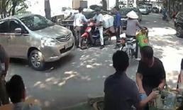 Ô tô bị xe máy đâm móp đầu, tài xế có pha xử lý khiến tất cả ngỡ ngàng