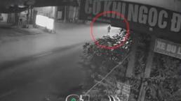 Đứng lững thững giữa đường, người đàn ông bị ô tô tông văng cả chục mét