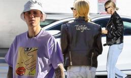 Xuất hiện lần đầu sau đám cưới thế kỷ, Justin Bieber có thái độ lạ nhưng cô vợ siêu mẫu lại mặc chiếc áo xem thế giới có ghen tị