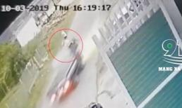 Ôtô tải lao như tên bắn, người đàn ông đi xe máy loạng choạng ngã ngay trước mũi xe