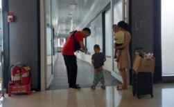 Bố mẹ nhận 'gạch đá' vì vô tư cho con đi vệ sinh giữa lối ra tàu bay