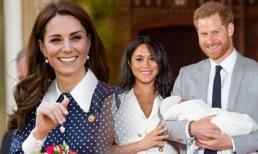 Công nương Kate lại bị chỉ trích vì cha mẹ đẻ kiếm tiền từ con trai của Meghan Markle theo cách khiến nhiều người khó chịu