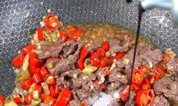 Thịt bò xào nóng hổi vừa thổi vừa ăn cho bữa cơm chiều