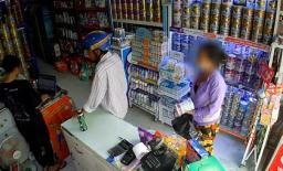 Cặp đôi trung niên phối hợp trộm 4 hộp sữa ngay trước mặt nhân viên bán hàng