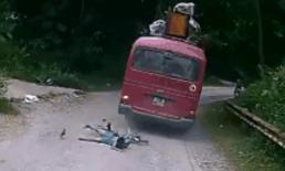 Lao xuống dốc không phanh, cậu bé may mắn thoát chết dưới ngầm xe khách