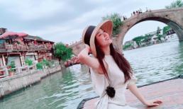 Diện đồ giản dị đi du lịch Trung Quốc, Á hậu Thúy An được khen ngợi đẹp xuất thần
