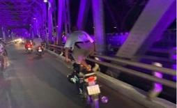 'Quái xế' diễn xiếc trên đường phố Huế nhận bài học thích đáng