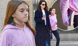 Suri đau lòng vì bố Tom xuất hiện bên con trai nuôi, mặt buồn rười rượi dù được mẹ cho đi dạo phố