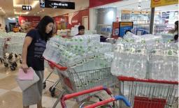 Nhà máy Sông Đà tạm ngừng cấp nước sạch: Người dân Hà Nội đổ xô đi mua nước đóng chai