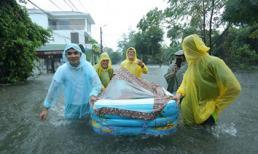 Nghệ An: Mưa lớn ngập lụt, chú rể cùng nhà trai dùng phao đưa sính lễ sang nhà gái