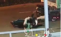 Xe tải đang lao nhanh bỗng phanh gấp, 2 người đàn ông thương vong sau cú đâm kinh hoàng