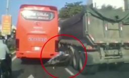 Bon chen vào giữa ô tô khách và xe ben, thanh niên đi Exciter suýt mất mạng