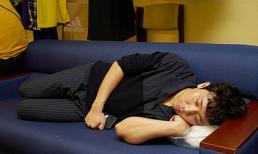 Ngày thường hào nhoáng, Trấn Thành khiến fan xót xa vì hình ảnh mặt mộc, nằm co ro ngủ trước giờ diễn