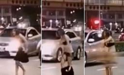 Cãi nhau với tài xế taxi, người phụ nữ tự lột ngay giữa đường để 'dằn mặt'