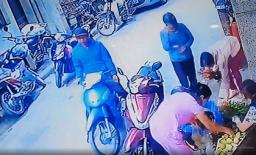 Mải lúi húi chọn hoa cúng mùng 1, người phụ nữ bị cuỗm túi xách trong cốp xe mà không hề hay biết